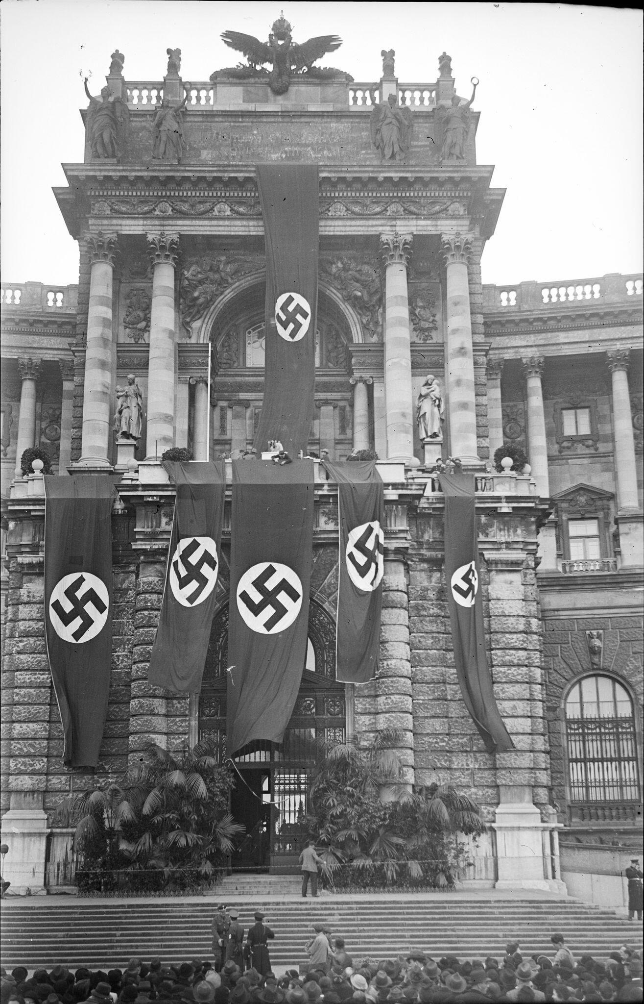 """Anche la foto """"Il balcone di Hitler"""" Nella Hofburg di Vienna"""